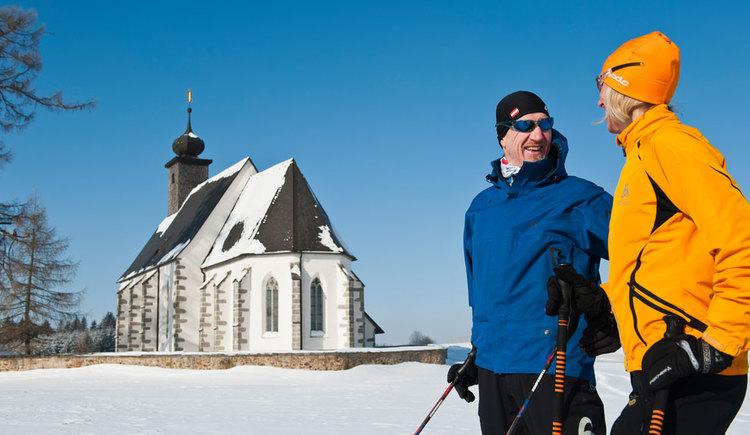 Langlaufen in der verschneiten Landschaft (© Tourismusverband Mühlviertler Kernland/Erber)