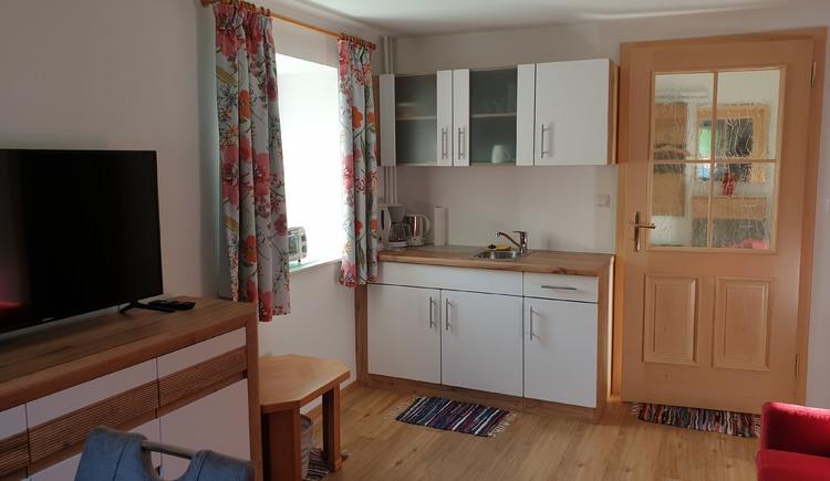 Abgebildet ist die Küchenzeile im Wohnraum der Ferienwohnung Haus 66 in Obertraun. (© Johann Höll)