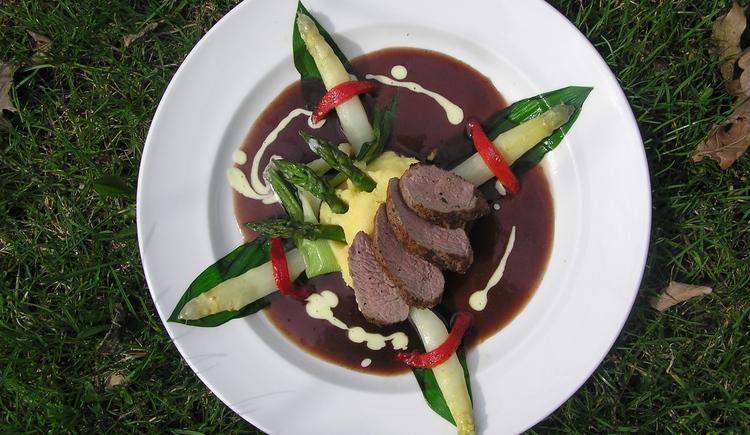 Teller mit geschmackvoll angerichtete Speisen. (© mondsee.at)