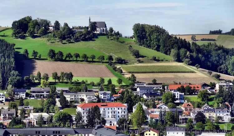 Bad Schallerbach mit Magdalenabergkirche (© Schweitzer Ingeburg)