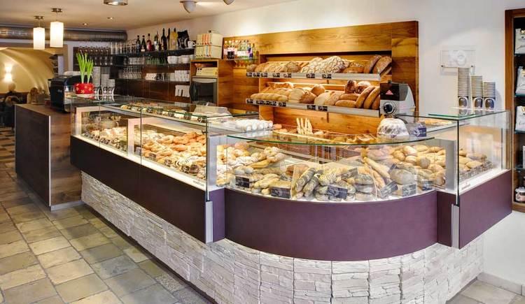 Verkaufsvitrine im vorderen Teil. (© Cafe-Bäckerei Frank)