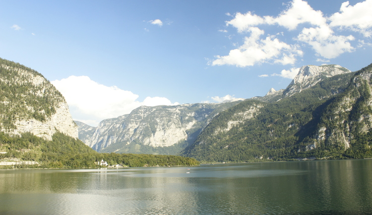 Der Hallstättersee mit einem schönen Bergpanorama. (© Ferienregion Dachstein Salzkammergut / Christopher Unterberger)