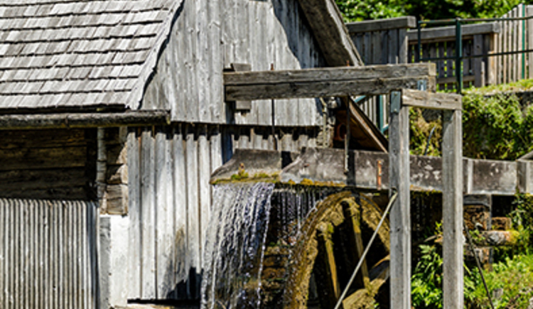Mühle und Rad beim Freilichtmuseum Katzensteinermühle. (© Neubauer Konrad)