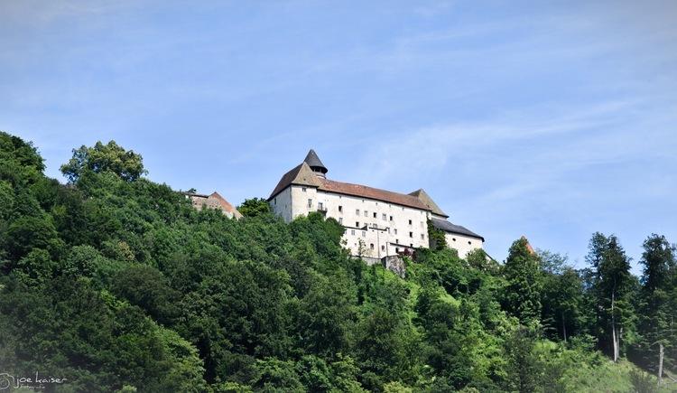Schloss Rannariedl hoch über dem Hotel Luger. (© Luger)