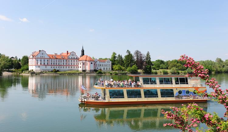 Schiff mit Kloster im Hintergrund (© Tourismusverband Schärding)