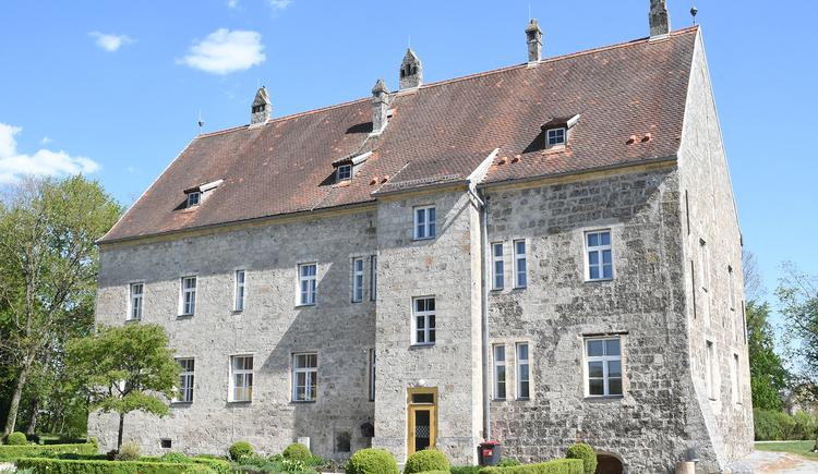 Kunsthaus Burg ObernbergZu sehen ist die Außenansicht des Kunsthauses Burg Obernberg am Inn. (© Innviertel-Tourismus_FotoloungeBlende8)