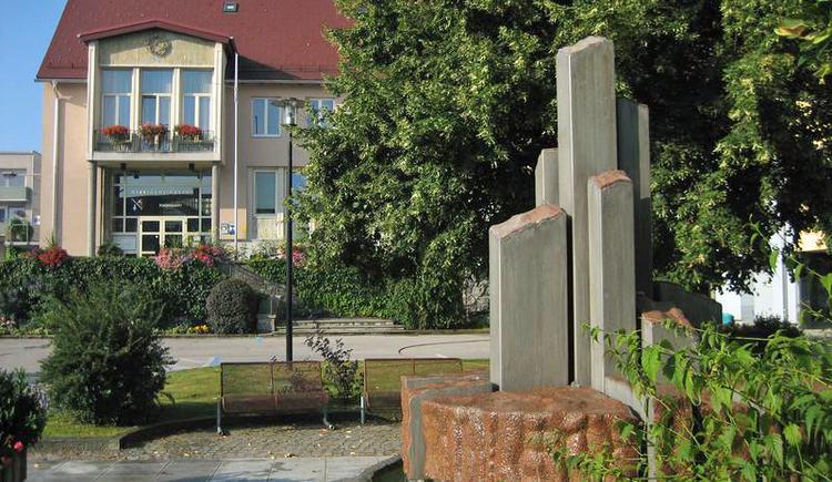 Gemeindeamt mit Hauptplatz Brunnen. (© Marktgemeinde Lenzing)