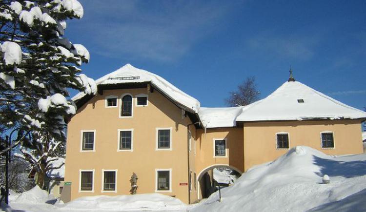 Gemeindeamt und Museum im Winter (© TVB Fuschlseeregion - Ortsbüro Ebenau)