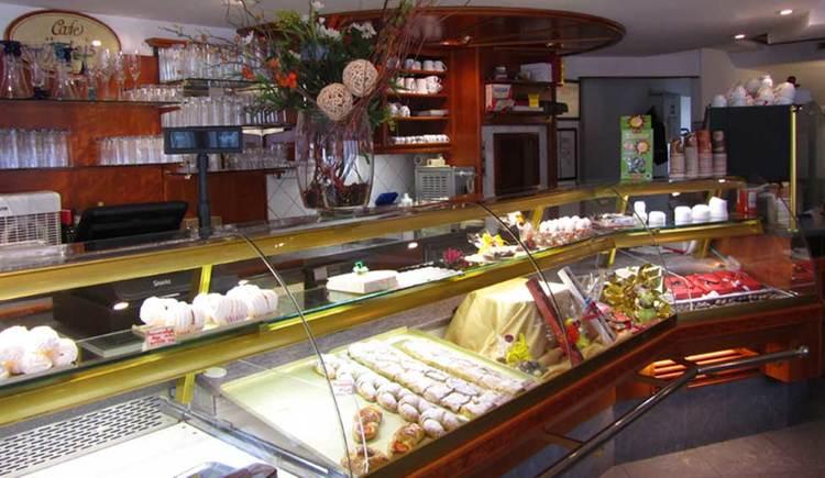 Innenbereich mit der Verkaufsvitrine. (© Café Übleis)