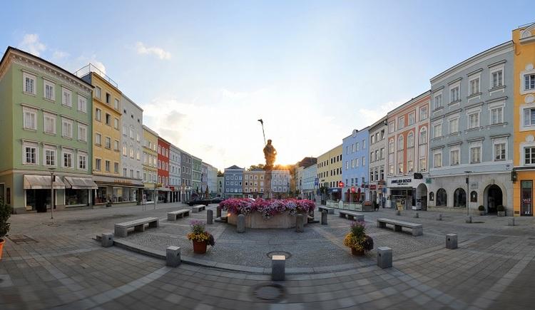 Rieder Hauptlatz mit Blick auf den Dietmarbrunnen. (© Stadtmarketing Ried)