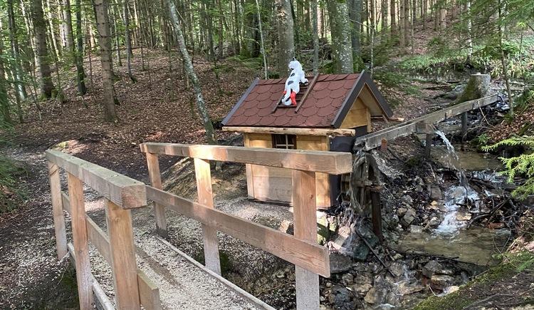 Märchenwanderweg Brücke über einen kleinen Bach. (© TVB Attersee-Attergau)