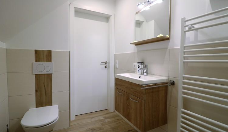 Waschtisch, gegenüber WC