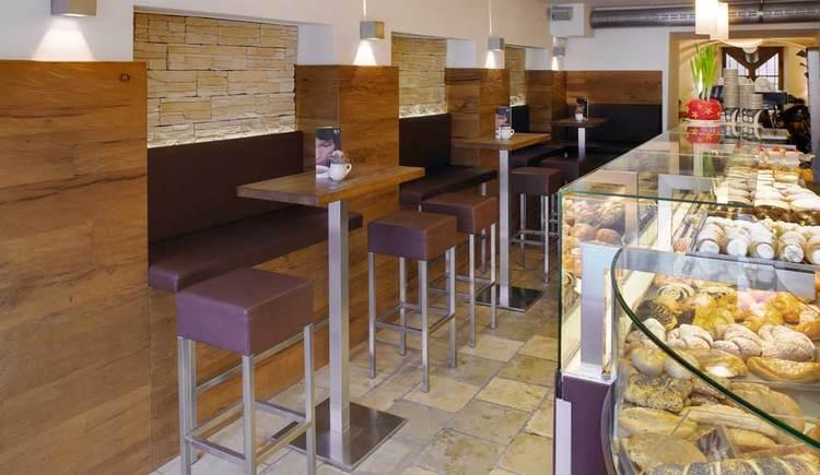 der Vordere Teil mit Tischen und Stühlen. (© Cafe-Bäckerei Frank)