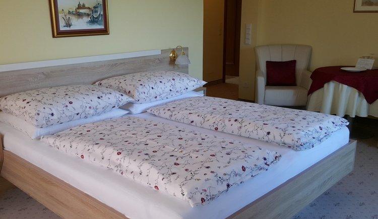 Doppelbett im Neubau Pension Schlömmer