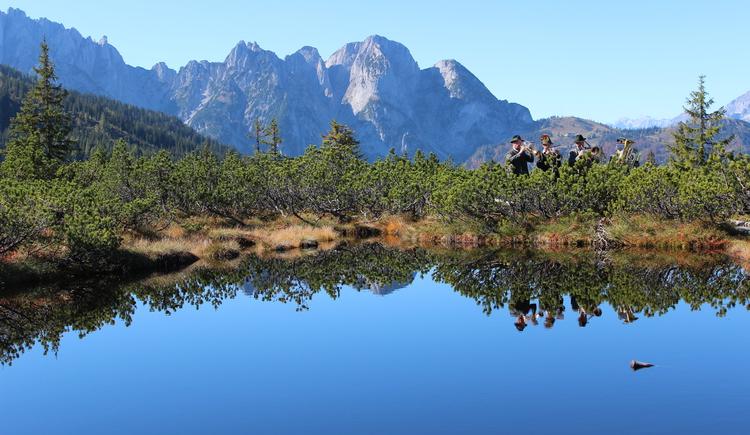 Die Ansicht des Löckernmoors mit dem Gosaukamm im Hintergrund.