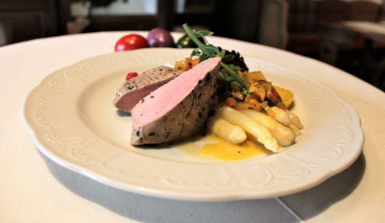 Foto zeigt Spargelgericht im Restaurant Attergauhof.