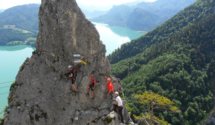 Kletterer am Klettersteig Drachenwand, im Hintergrund Mondsee und Salzkammergut-Berge. (© Florian Mörtl)