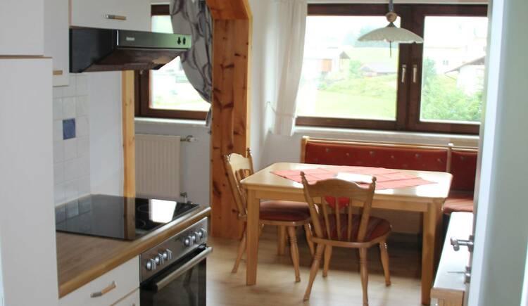 Die Küche in der Ferienwohnung Gosaukamm. (© Laserer)