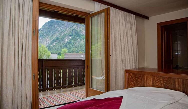 Doppelzimmer mit Balkon in der Butchi-Suite Bad Goisern. (© Sommerfrische Apartments)
