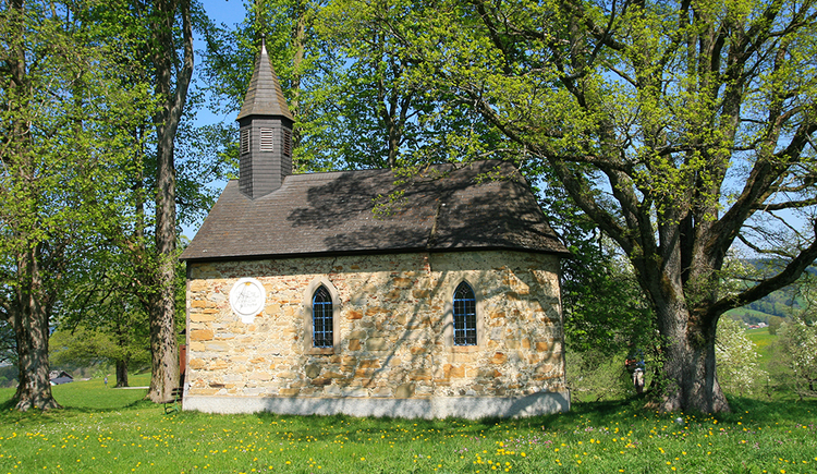 The Lindenbauer-chapel directly at the Almwiesen-trail. (© TVB Mondsee-Irrsee)