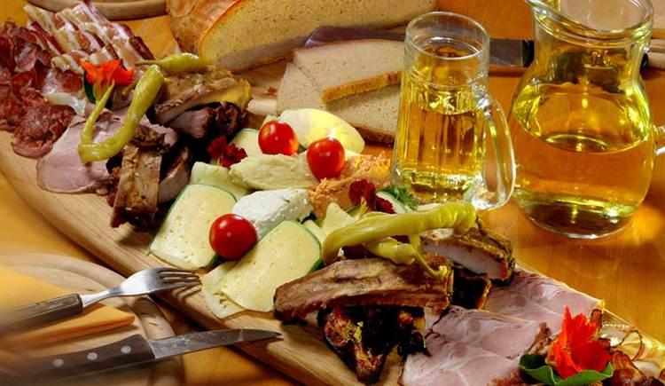 Jause mit Käse, Wurst, Speck, Brot und Most. (© www.mondsee.at)