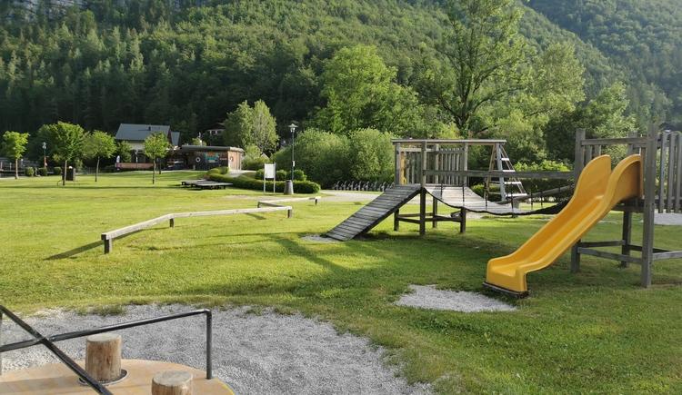 Der Spielplatz lässt mit Rutsche, Hängebrücke und Balancierstange keine Wünsche offen. (© Ferienregion Dachstein Salzkammergut)