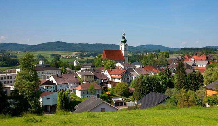 Auf dem Bild ist der Ort Frankenmarkt zu sehen, wo vor allem die Kirche sehr heraussticht.