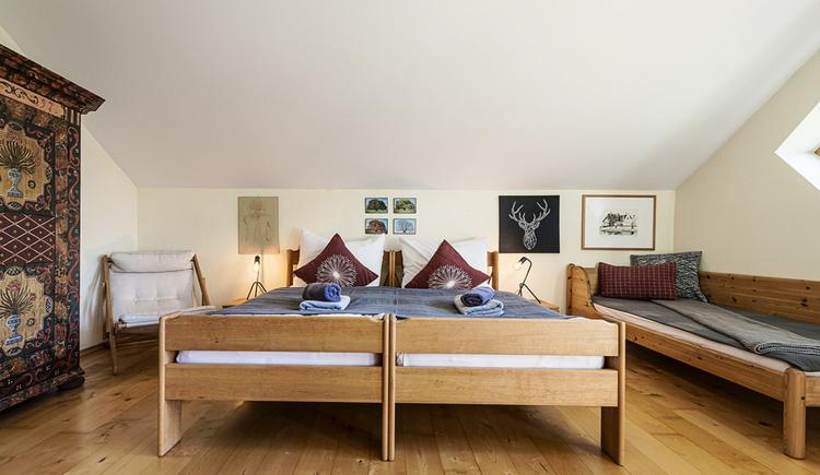 Hier sieht man das große, schön ausgestattete Dreibettzimmer der Villa Anna.