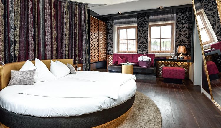 30m²Vom Lifestyle zum Lovestyle, so könnten wir dieses Zimmer beschreiben! Modernes Design, aphrodisierendes Ambiente und ein Hauch von Purpur schaffen eine ganz besondere Atmosphäre für Liebe und Zweisamkeit!Dieses Hotelzimmer gibt es am BERGERGUT in zwei unterschiedlichen Ausführungen.Mit eigener Kaffee- und Minibar! (© BERGERGUT Pürmayer GmbH)