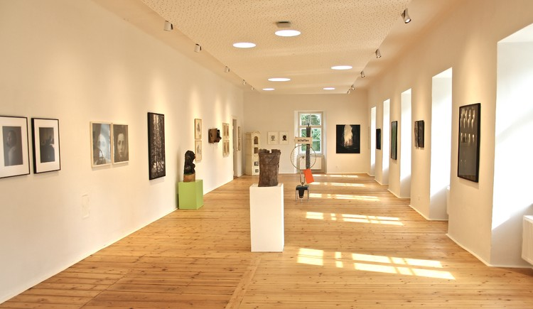 """INNVIERTLER BIERMÄRZ: Vernissage zur Ausstellung """"B³ - Burg/Bild/Biermärz"""". (© KUNST- und SEMINARHAUS BURG OBERNBERG; Josef Brescher)"""