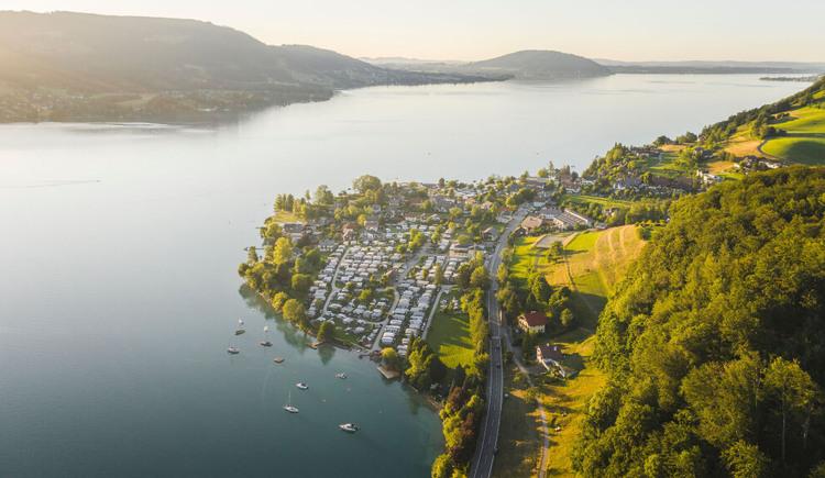 Luftaufnahme von Steinbach am Attersee. (© TVB Attersee-Attergau/Moritz Ablinger)