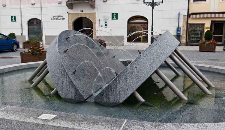 Brunnen am Ennser Stadtplatz (© WGD Donau Oberösterreich Tourismus GmbH/Kranzmayr)