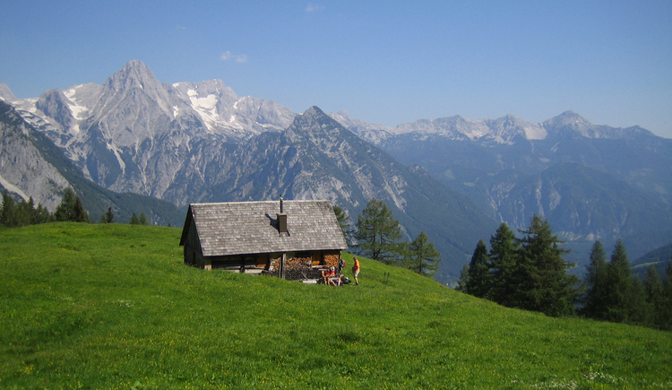 Idyllische Lögerhütte entlang des Stoderer Dolomitensteiges (© Kniewasser)