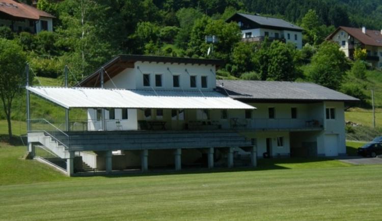 Sportplatz u. Kabinengebäude. (© TOKU Waldkirchen-Wesenufer)