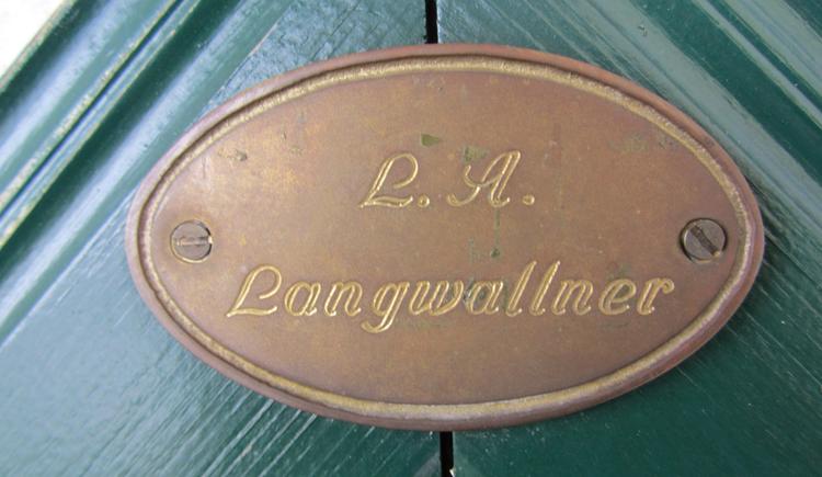 Schild mit der Aufschrift: L. A. Langwallner. (© Langwallner)
