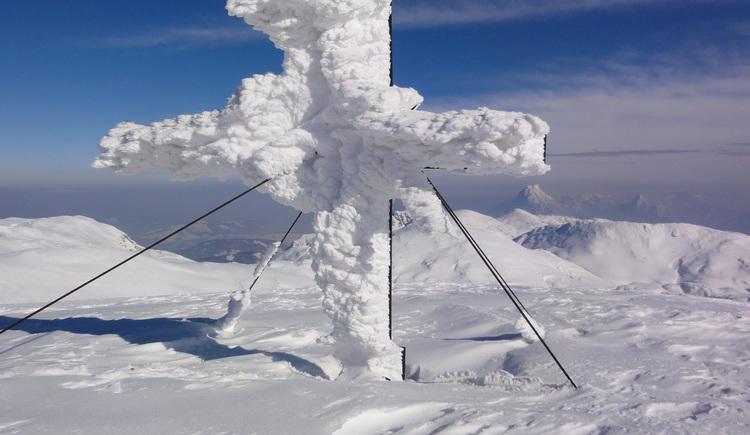 Verschneites Gipfelkreuz am Großen Höllkogel (© Alpenverein Sektion Ried)