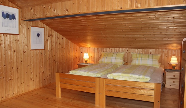 There are two single beds and one double bed in the bedroom of Lissi's Alpennest in Gosau, right in the heart of the Dachstein-Salzkammergut.