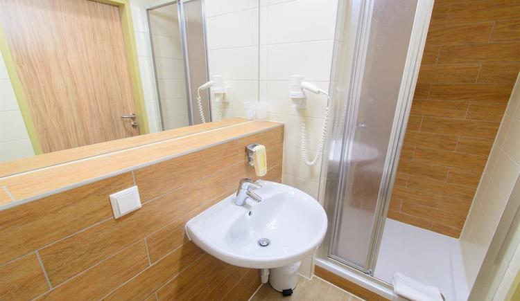 badezimmer-jufa-hotel-almtal-dusche (© JUFA Hotel Almtal)