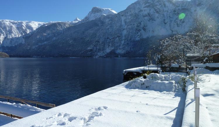 Auch im Winter hat man einen wunderschönen Blick über den Hallstättersee. (© Seehotel Grüner Baum)
