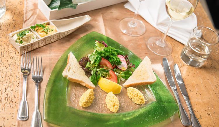 Auf dem Foto sieht man eine angerichtete Vorspeise in der Salzbar im Gasthof Zauner Seewirt. (© Seewirt Zauner Salzbar)