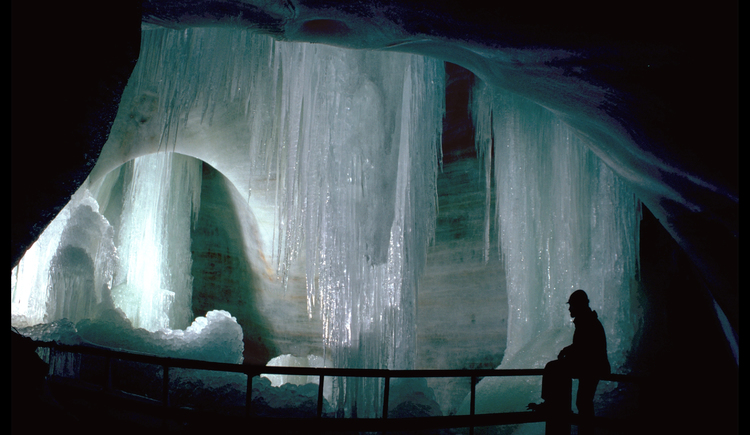 Here you can see the ice chapel of the giant ice cave in Obertraun. (© Seilbahnholding)
