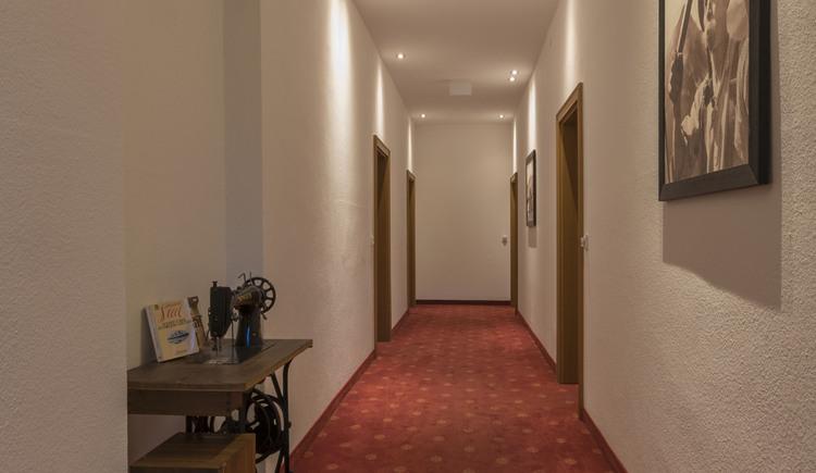 Gang zu den Zimmern (© Hotel Goisererhof)