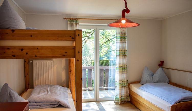 Das Schlafzimmer mit Stockbett in der Ferienwohnung Gamsfeld. (© Laserer)