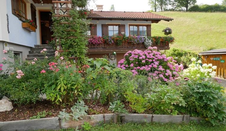 Der prächtige Garten der Unterkunft sorgt für eine schöne Urlaubsstimmung. (© Helga Hummelbrunner)