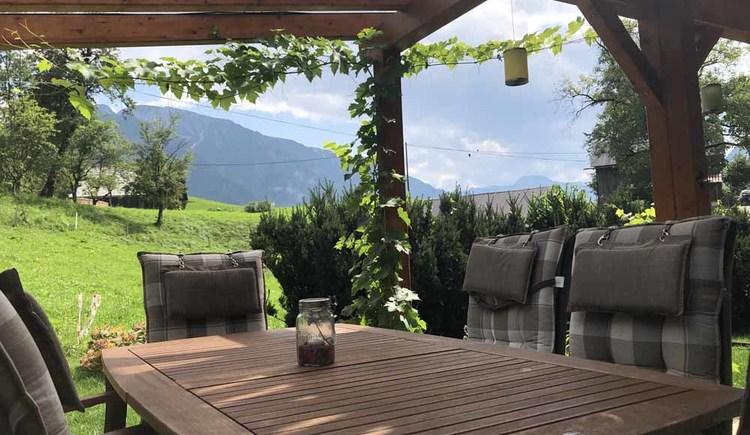 Die gemütlich überdachte Terrasse mit Bergblick über die Ferienregion Dachstein Salzkammergut.