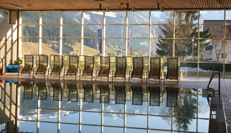 Der Gosaukamm spiegelt sich im Hallenbad in Gosau wider. (© Ferienregion Dachstein Salzkammergut / Chrissie Wieser)