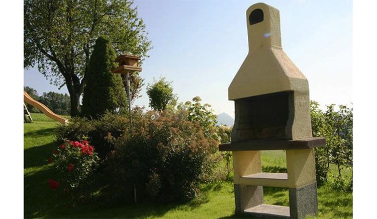 gemauerter Griller steht im Garten. (© Maier)