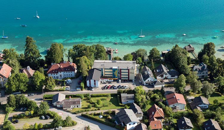 Blick auf das Hotel von oben mit Attersee im Hintergrund. (© Hotel Attersee)
