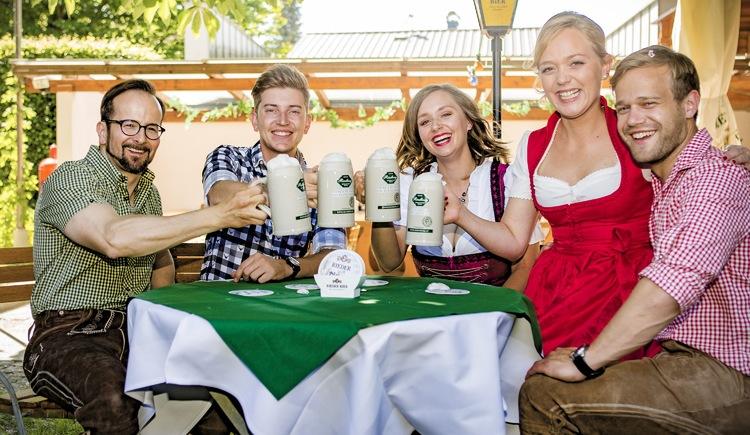 Im schattigen Biergarten genießen Sie Ihr Bier aus gut gekühlten Steingutkrügen. (© Biergasthof Riedberg)