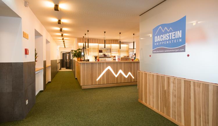 Die moderne Eingangshalle ist hell und freundlich gestaltet. (© Dachstein Tourismus AG)